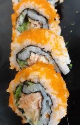 sushi rolletje met warm gerookte zalm