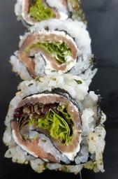 sushi rolletje met gerookte zalm en roomkaas