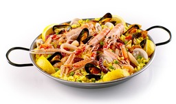 Paella uit eigen keuken, rijkelijk gevuld.
